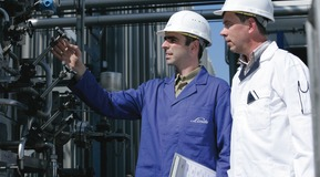 Linde service man and client checking the gas adjustment and the safety requirements, General service