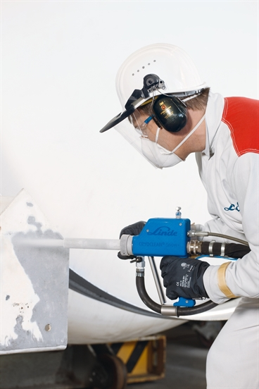 Man working CRYOCLEAN snow+. Dry ice combined with abrasive blasting for fl exible cleaning.